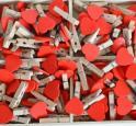 Dřevěný kolíček s červeným srdíčkem
